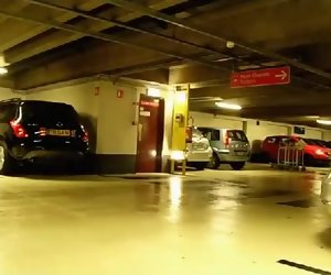 1:28 , Surprise Dans Le Parking De L'Aéroport De Roissy